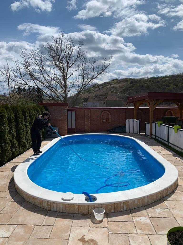 ciscenje-bazena-odrzavanje-bazena-u-dvoristu